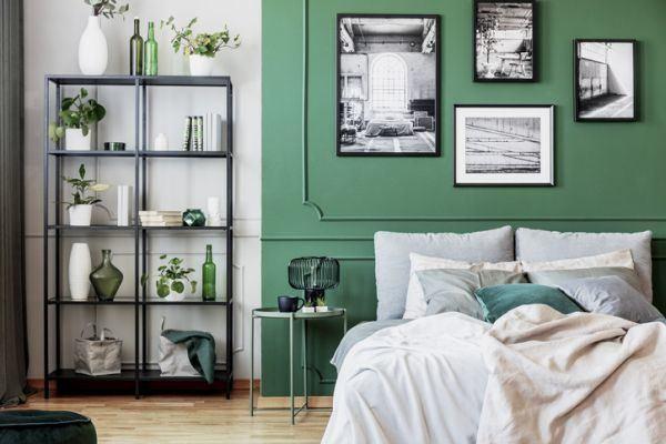 decorar-la-pared-del-dormitorio-cuadros-blanco-y-negro-istock