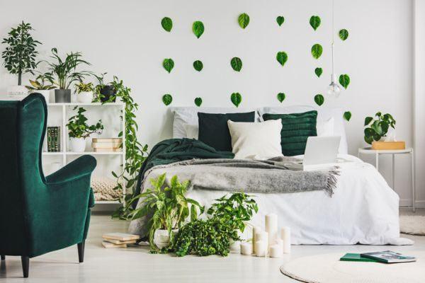 decorar-la-pared-del-dormitorio-hojas-verdes-istock