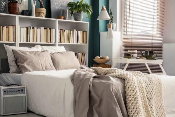 decorar-la-pared-del-dormitorio-libreria-istock