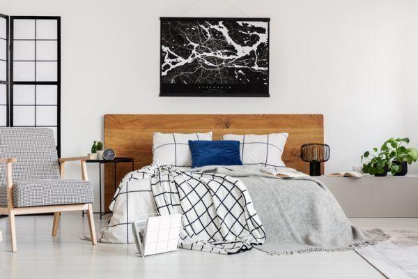 decorar-la-pared-del-dormitorio-madera-mas-blanco-y-negro-istock