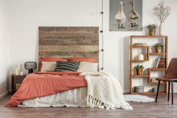 decorar-la-pared-del-dormitorio-panel-de-madera-istock