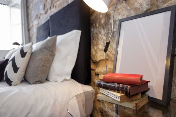 decorar-la-pared-del-dormitorio-piedra-istock