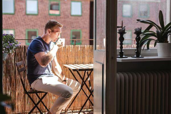 como-decorar-terrazas-estrechas-y-alargadas-hombre-cafe-istock