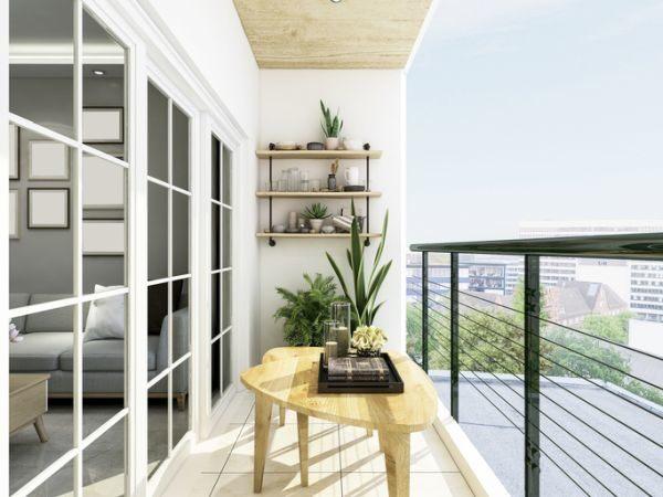 como-decorar-terrazas-estrechas-y-alargadas-mesita-de-madera-istock