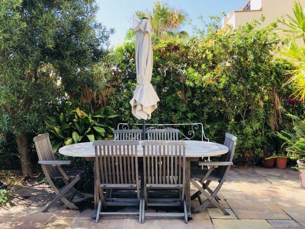 decorar-la-terraza-con-cosas-que-tienes-en-casa-mujer-sombrilla-istock