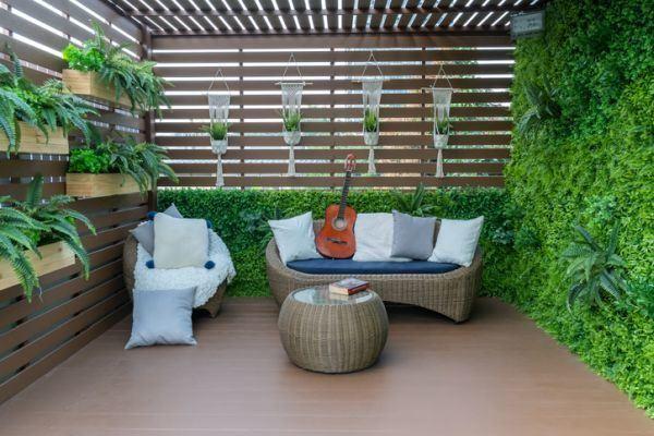 decorar-la-terraza-con-cosas-que-tienes-en-casa-sofa-istock