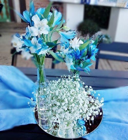 como-hacer-un-arreglo-floral-centro-de-mesa-flores-azules-instagram