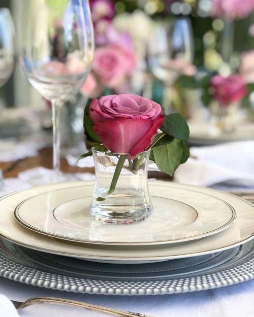 como-hacer-un-arreglo-floral-centro-de-mesa-flores-rosa-en-vaso-instagram