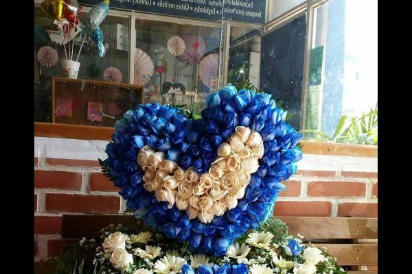 como-hacer-un-arreglo-floral-corazon-azul-instagram
