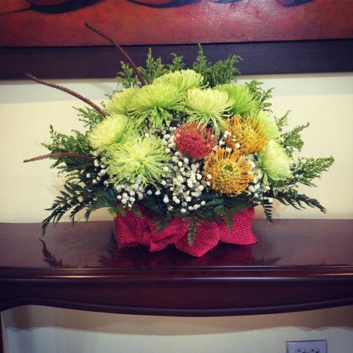 como-hacer-un-arreglo-floral-protea-y-crisantemos-instagram