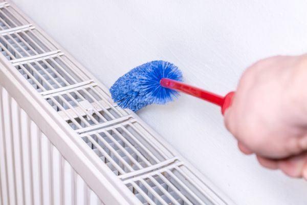 como-limpiar-los-radiadores-cepillo-istock