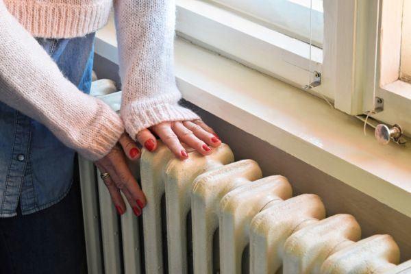 como-limpiar-los-radiadores-manos-de-mujer-istock