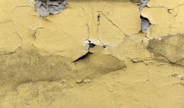 como-reparar-una-pared-con-humedad-fachada-istock
