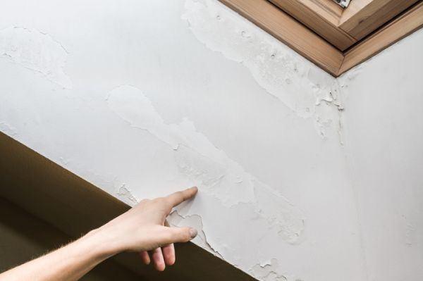 como-reparar-una-pared-con-humedad-mano-senalando-istock
