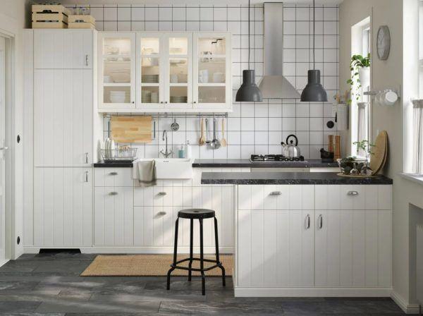 Cocinas integrales pequenas cocina blanca encimera negra de IKEA