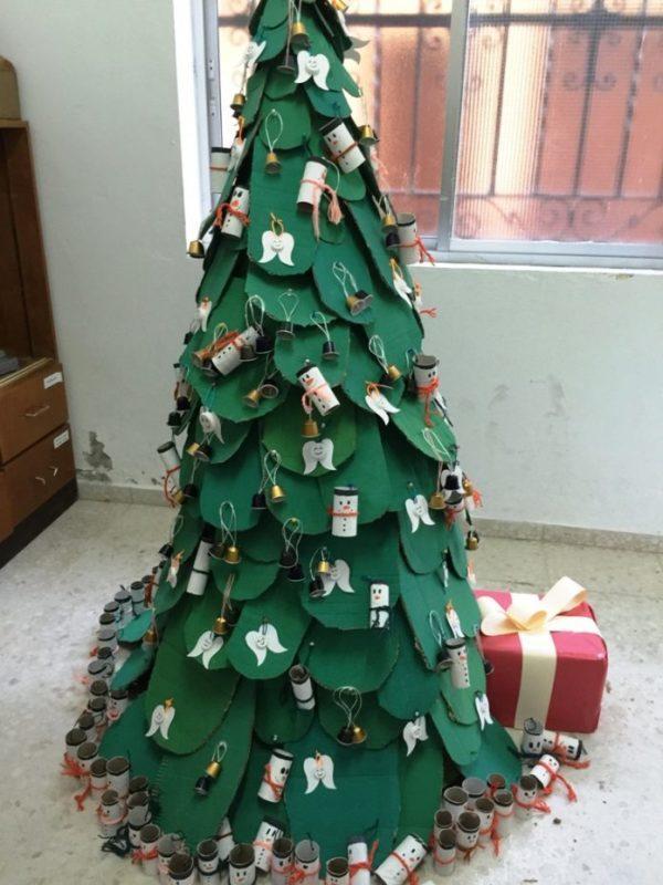 Árbol de Navidad con materiales reciclados2021