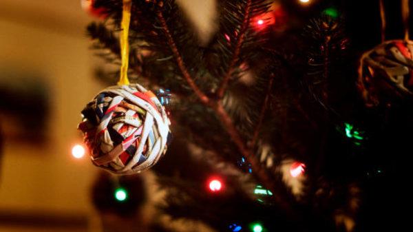 Manualidades navidad bola de navidad con papel