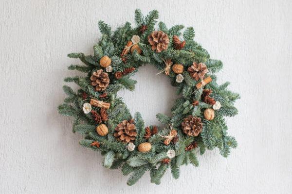 Manualidades navidad corona adviento con piñas