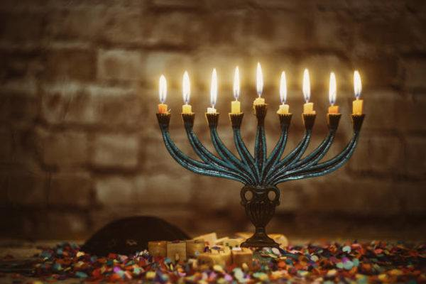 10 regalos tipicos de hanukkah perfectos para toda la familia menorah