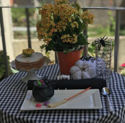 Caldero de bruja y escoba para mesa en Halloween
