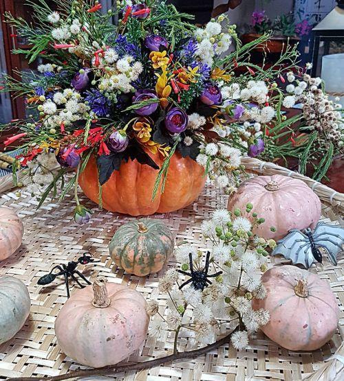 Centro de mesa con calabazas y flores