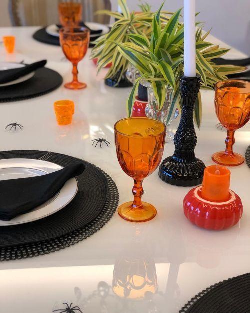 Mesa decorada sencilla para Halloween