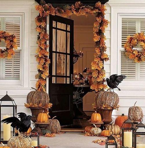 Puerta con decoración de halloween otoñal
