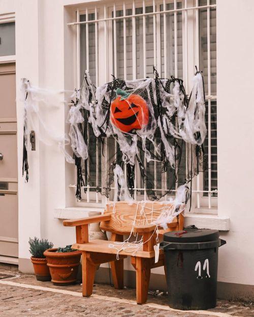 Ventana decorada para Halloween con calabaza y telarañas