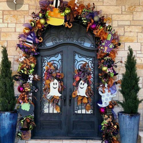 Puerta decorada con fantasmas, caramelos y otros elementos