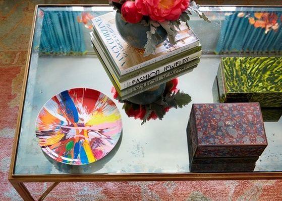 decorar-una-mesa-de-salon-con-libros-cajas-platos-decoratrix