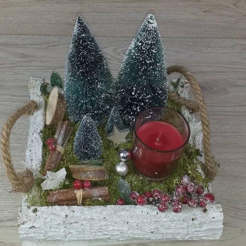 Cesto con abetos y elementos navideños
