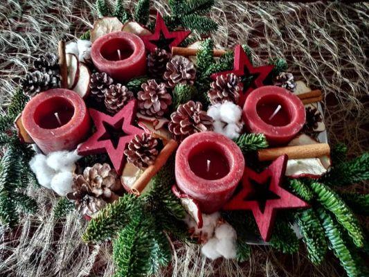 centro navideño con velas rojas de estrella y circulares