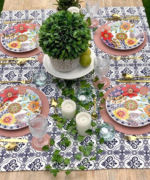 Limones, velas y verde decorando mesa