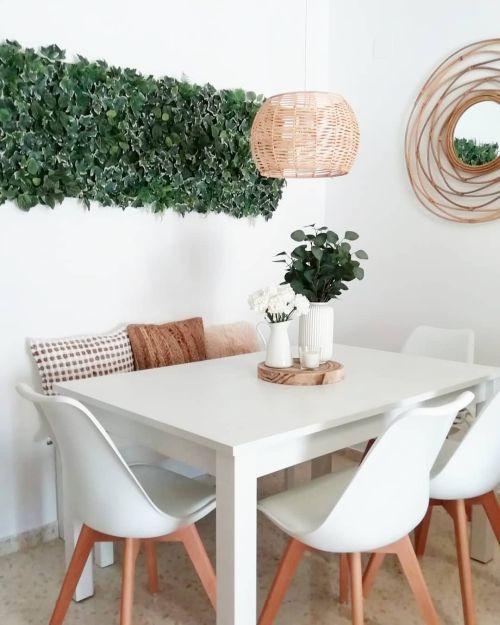 Mesa blanca, planta verde