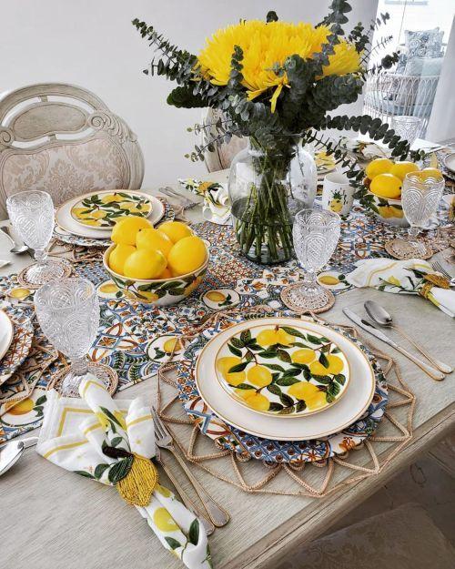 Mesa decorada con limones y flores amarillas