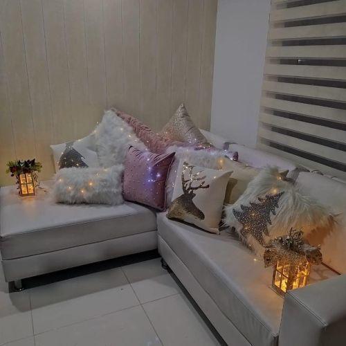 Habitación con sofá y diseño navideño