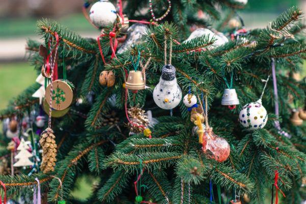 Arbol navidad decorado con manualidades bombillas