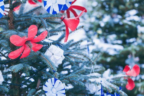 Arbol navidad decorado con manualidades cuellos botella abiertos