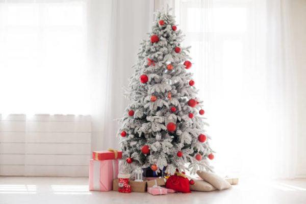 Arboles de navidad decorados 2020 2021 arbol blanco con adornos rojos