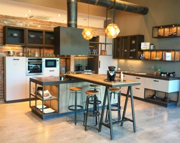 Cocina de estilo industrial grande con lámparas redondas