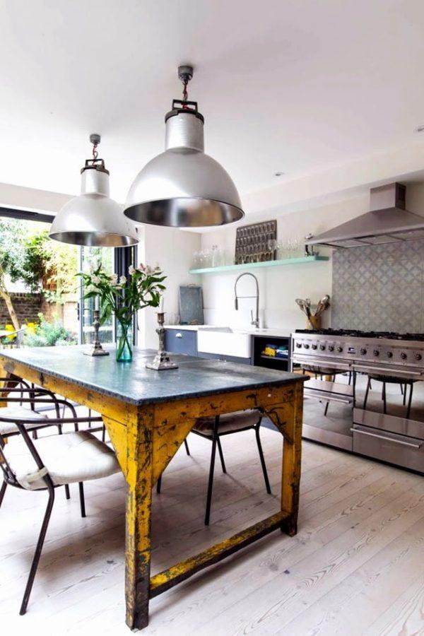 Cocina de estilo industrial con mesa reciclada