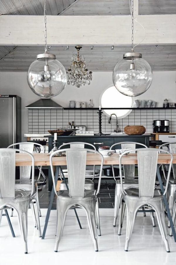 Cocina industrial con lámparas de cristal