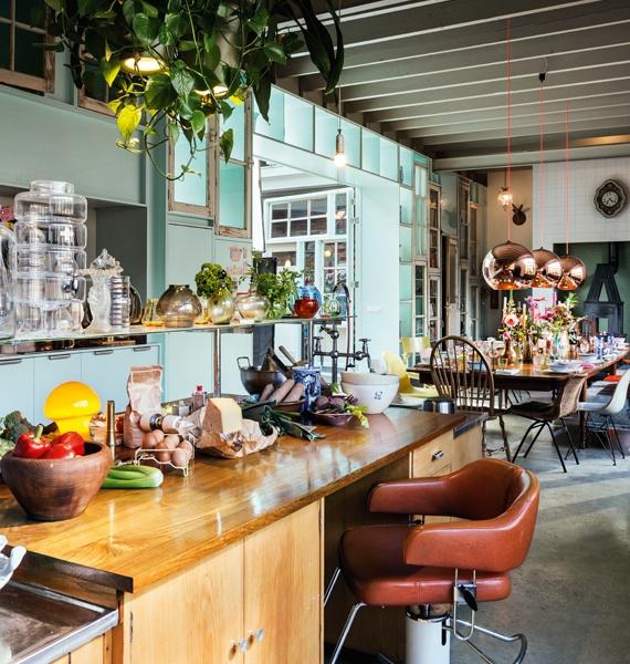 Cocina industrial con plantas de hoja verde