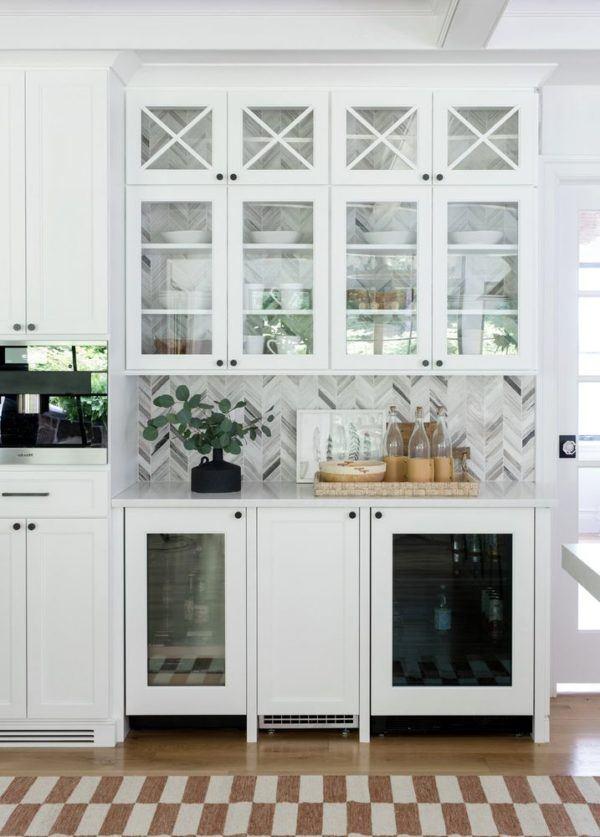 Cocina pequeña en blanco con decoración en grises y alfombra a cuadros