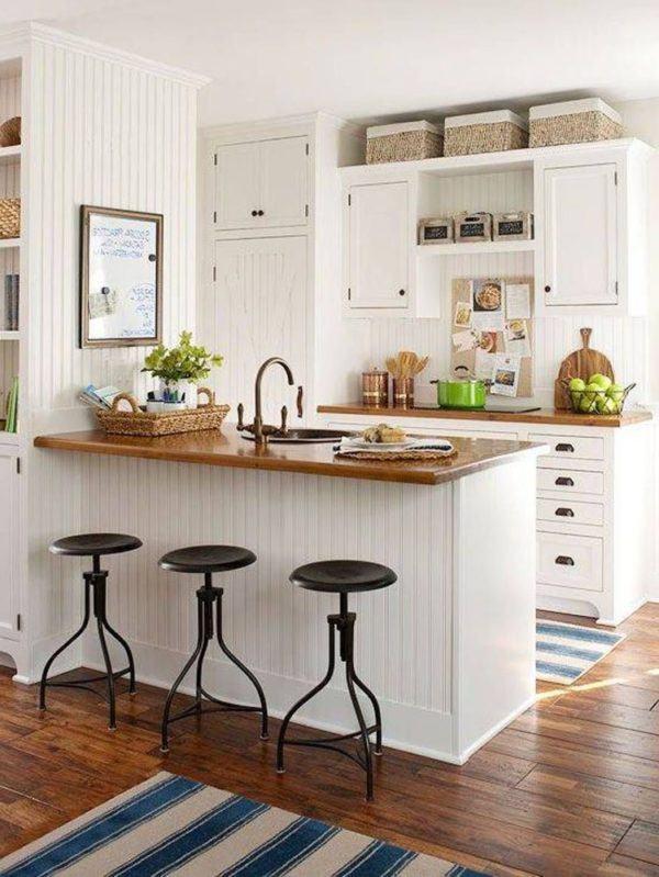 Cocina pequeña con isla de madera
