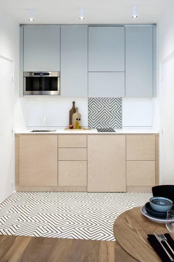 Cocina pequeña con alfombra y azulejo de líneas