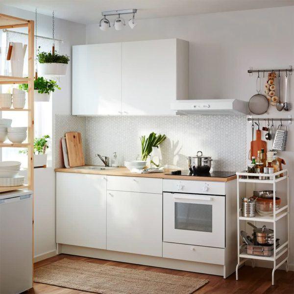 Cocina blanca con suelo en madera
