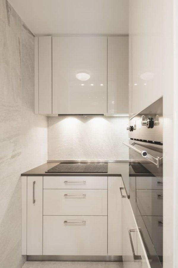 Cocina pequeña en blanco y aluminio