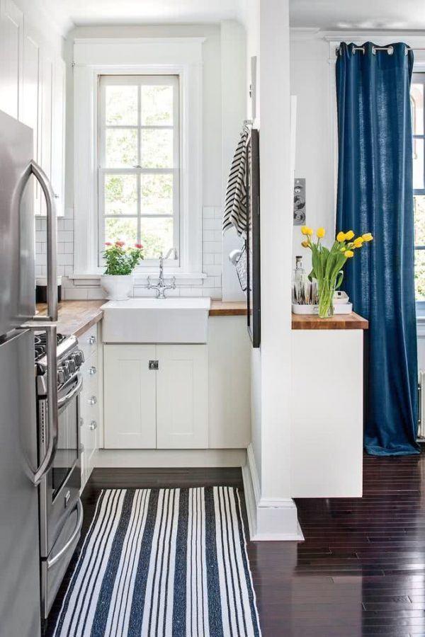 Cocina pequeña y alargada con alfombra a rayas