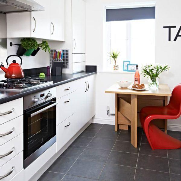 Cocina pequeña con silla roja